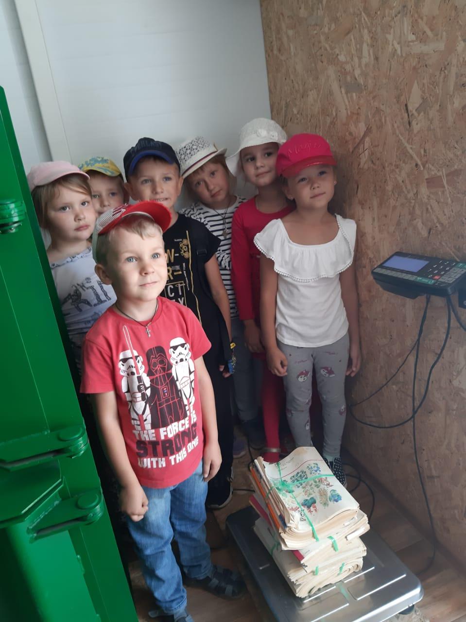 Дети взвешивают макулатуру в Старом Осколе