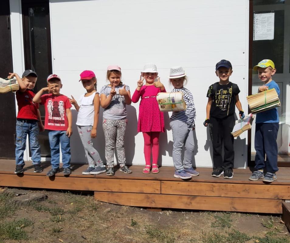 Дети сдают макулатуру в Старом Осколе