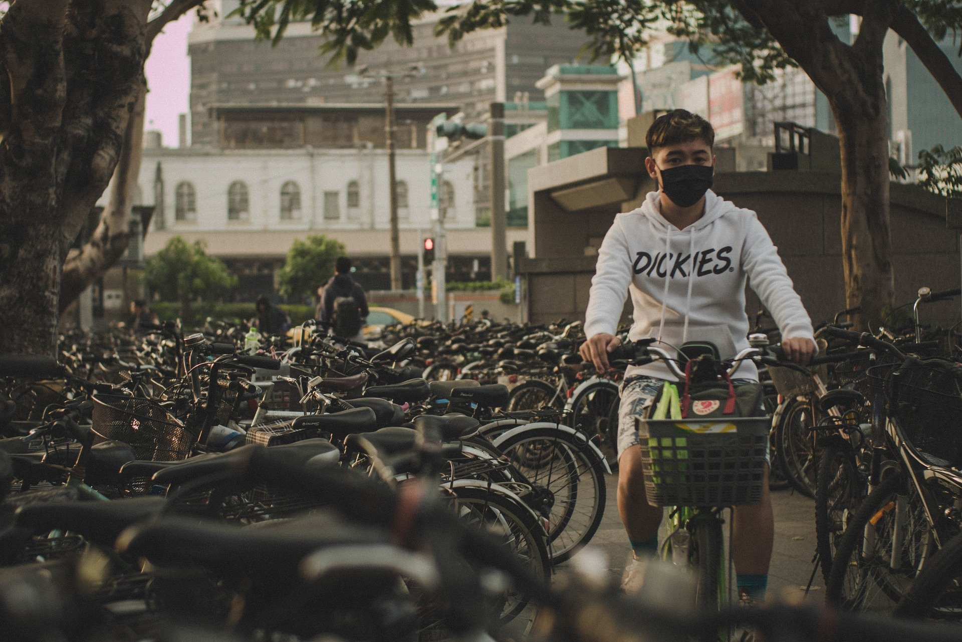 Китай, коронавирус, экология. Китаец на велосипеде